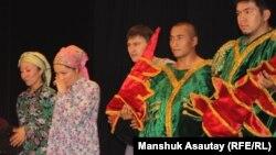 """Артисты театра """"Аксарай"""" во время постановки. Алматы, 25 июня 2012 года."""