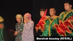 "Сцена из спектакля ""Лавина"" театра ""Аксарай"". Алматы, 25 июня 2012 года."