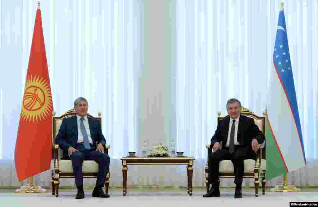 Қырғызстан президенті Алмазбек Атамбаев (сол жақта) пен Өзбекстан президенті Шавкат Мирзияев.