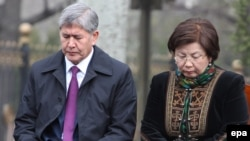 Алмазбек Атамбаев в бытность президентом Кыргызстана и бывший президент Кыргызстана Роза Отунбаева на акции поминовения жертв революции 2010 года. Бишкек, 7 апреля 2015 года. Иллюстративное фото.