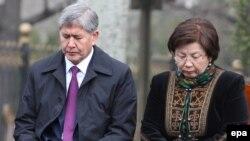 Экс-президенты КР Алмазбек Атамбаев и Роза Отунбаева, 7 апреля 2015 г.