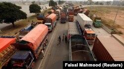 Через виправдальний вирок християнській жінці протестувальники «Техрік-е-Лабаїк» перекрили дороги, заблокувавши автомобільний рух