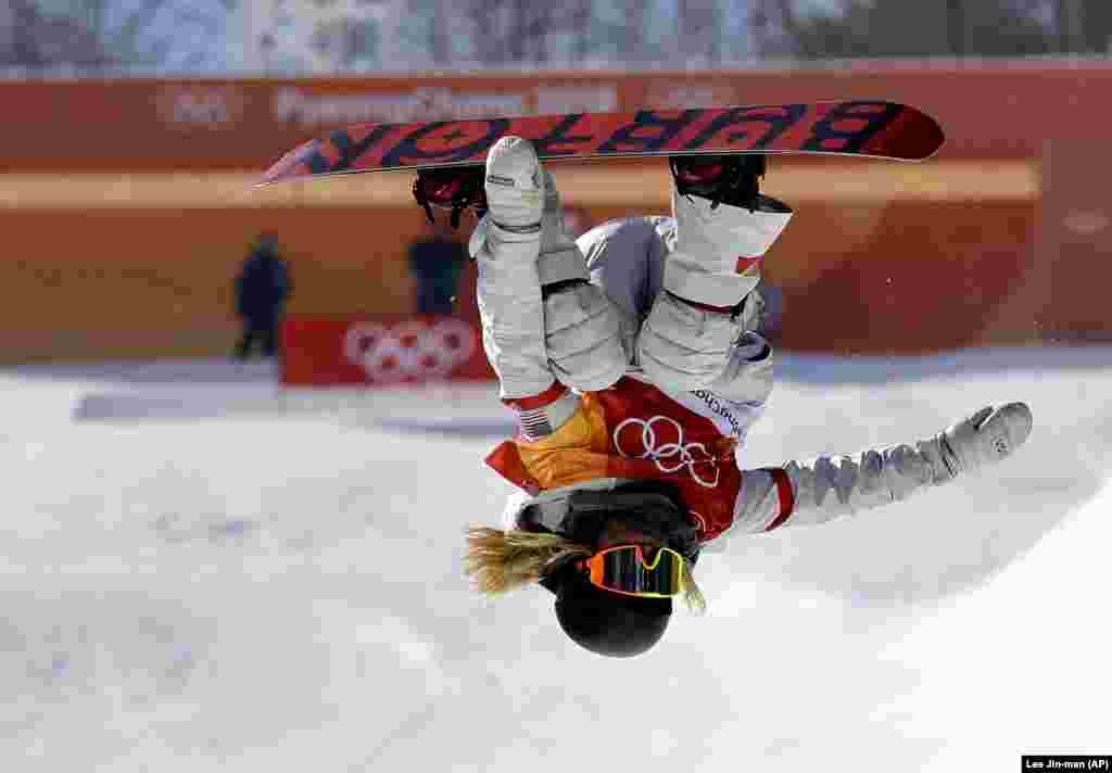 Сноубордінг: Хлоя Кім зі Сполучених Штатів стрибає під час жіночого фіналу у Фенікс-парку в Пхьончхані. Кім виборола золото