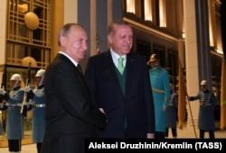Реджеп Эрдоган встречает Владимира Путина на ступенях своей резиденции вблизи Анкары. 11 декабря