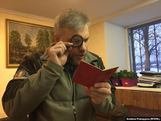 Марков читает правила, действующие в отношении военного билета СССР