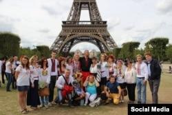 Акція в Парижі до Дня Незалежності України у 2014 році (у центрі Василь Сліпак)