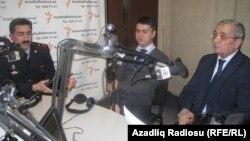 AzadlıqRadiosunun Bakı Bürosunda studiyada İsgəndər Həmidov (sağda), Fariz Namazlı (ortada) və Kamran Əliyev (solda)