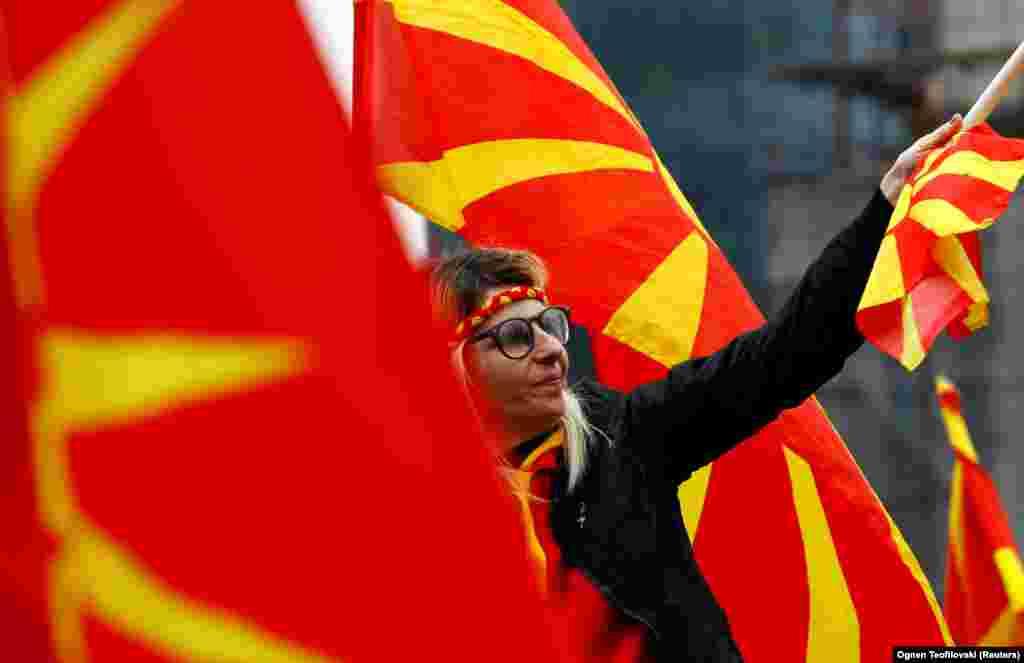МАКЕДОНИЈА / ГРЦИЈА - Лидерот на Независни Грци и министер за одбрана Панос Каменос изјави дека неговата партија која е коалиционен партнер во владата ќе ја спречи употреба на терминот Македонија во името на земјата.