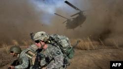 امریکايي سرتېري د خوست په سپېرې ولسوالۍ کې د عملیاتو پر مهال - د ۲۰۰۹ز کال د نومبر میاشت.