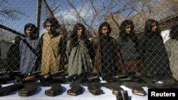 Luftëtarët talibanë pakistanezë, të cilët u arrestuan nga policia kufitare afgane më 5 janar 2016