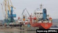 Іноземні судна в акваторії Керченського рибного порту, 2 березня 2015 року