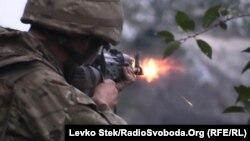 Донецкідегі ұрыстардың бірінде қарудан атып тұрған украиналық сарбаз. 25 қыркүйек 2014 жыл.