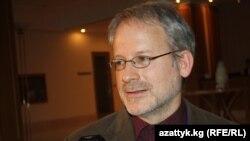 Гарвард Университетинин профессору Жон Шоберлейн «Азаттыкка» маек курууда, Бишкек шаары, 2010-жылдын декабры
