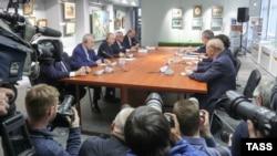 Иллюстрационное фото: президент России Владимир Путин (в центре на дальнем плане) на встрече с гражданами Франции в Симферополе, 18 марта 2019 года