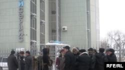 Уволенные рабочие пикетируют здание компании.Уральск, 15 января 2009 года.
