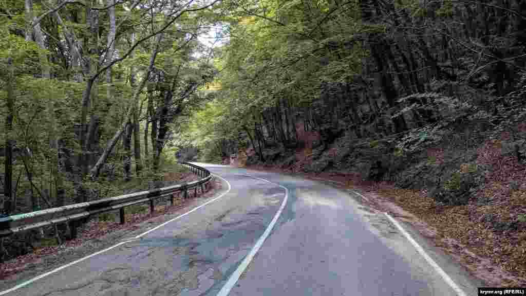 Дорога на Байдарський перевал звивається серпантином