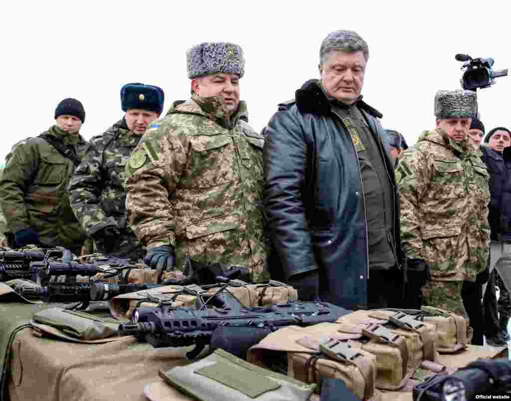 Президент Петро Порошенко під час поїздки до Львова 30 грудня передав військовим понад 100 одиниць нової військової техніки. Передано і новітню стрілкову зброю, зокрема гвинтівки «Форт 221» і «Форт 224» українського виробництва