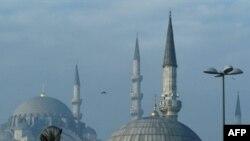 Женщина проходит мимо мечети в центре Стамбула. (Иллюстративное фото.)