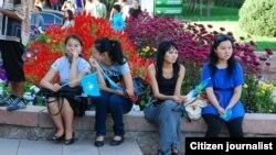 Девушки-студентки на территории учебного заведения. Иллюстративное фото.