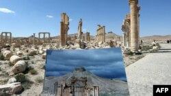 Фотограф Пальмирадағы атақты Салтанат қақпасының қираған бағаналарын оның бүтін күйдегі суретімен салыстырып тұр. Сирия, 31 наурыз 2016 жыл.