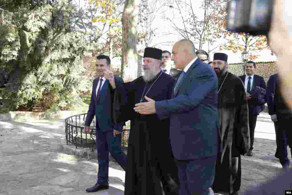 МАКЕДОНИЈА - Македонскиот премиер Зоран Заев и неговиот бугарски колега Бојко Борисов, во друштво на струмичкиот владика Наум, во Струмица. Тројцата разговараа за предлогот на МПЦ-ОА до Бугарската црква за црквоно мајчинство. Како влади и како политичари го почитуваме секуларниот карактер и не сакаме воопшто да се мешаме во работата и соработката на двете цркви, но ги охрабруваме да се изнајде решение во духот на добрососедството и пријателството, порачаа Заев и Борисов.Бугарската православна црква ќе го разгледува барањето на МПЦ-ОА да ѝ стане црква-мајка откако ќе го слушне мислењето и на другите цркви, вели бугарскиот митрополит Варненски и Великопреславски Јован, пренесе БТА.