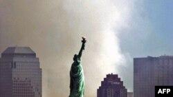 Дым над Всемирным торговым центром во время теракта 11 сентября 2001 года.