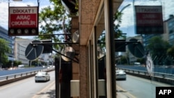 Окно на входе в посольство США в Анкаре после обстрела. 20 августа 2018 года