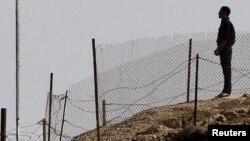 جندي مصري يقف في معبر طابا