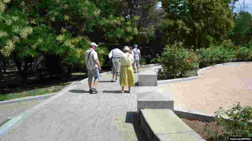Посетители Малахова кургана прогуливаются по аллеям, осматривая достопримечательности