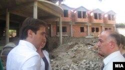 Министерот за труд и социјална политика Диме Спасов и битолскиот градоначалник Владимир Талески пред старскиот дом во изградба.