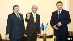 Президент Єврокомісії Жозе Мануел Баррозу, президент Європейської ради Герман ван Ромпей і президент України Віктор Янукович, Вільнюс, 29 листопада 2013 року