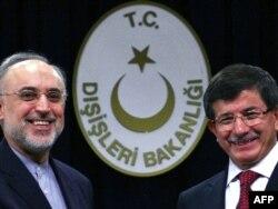 وزيرا الخارجية التركي داودأوغلو والإيراني صالحي في أنقرة