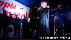 """Евгения Чирикова во время выступления на митинге """"Ваши выборы - фарс!"""" на Чистопрудном бульваре в Москве, 5 декабря 2011"""