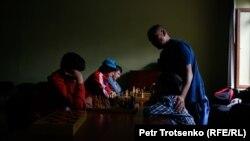 Арман Абдуллаханов шахмат үйірмесінде балаларға сабақ өткізіп тұр. Алматы, 11 маусым 2019 жыл.