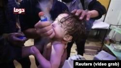 Сириядагы болжолдуу химиялык чабуулда ондогон кишилер курман болгону айтылууда. Интернетке чыккан видедон алынган кадр.