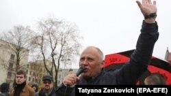 Оппозициялық саясаткер Алексей Статкевич оппозиция митингісінде сөйлеп тұр. Минск, 21 қазан 2017 жыл.