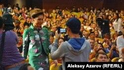 Генеральный продюсер фильма «Дорога к матери» Алия Назарбаева идет к сцене Дворца республики. Алматы, 27 сентября 2016 года.