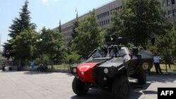 Автомобиль служб безопасности перед зданием, где проходит суд по делу о попытке государственного переворота. Пригород Анкары, 21 мая 2017 года.