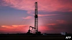 Установка по добыче сланцевой нефти в американском штате Техас, 5 февраля 2015 года.