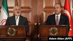 Turkish Foreign Minister Mevlut Cavusoglu (R) and Iranian Foreign Minister Mohammad Javad Zarif give a press conference in Ankara, April 17, 2019