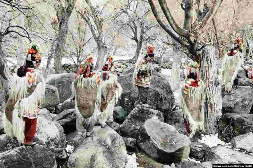 Нечисленний народ дрокпа в індійському Кашмірі відомий у світі як одна з найбільш закритих і самобутніх громад, яка опирається впливам ззовні. Незважаючи на те, що дрокпа залишилося в кашмірському Ладакху не більше від кількох тисяч осіб, представники цього народу категорично не бажають асимілюватися з іншими етносами, вони зберігають власні традиції і культуру