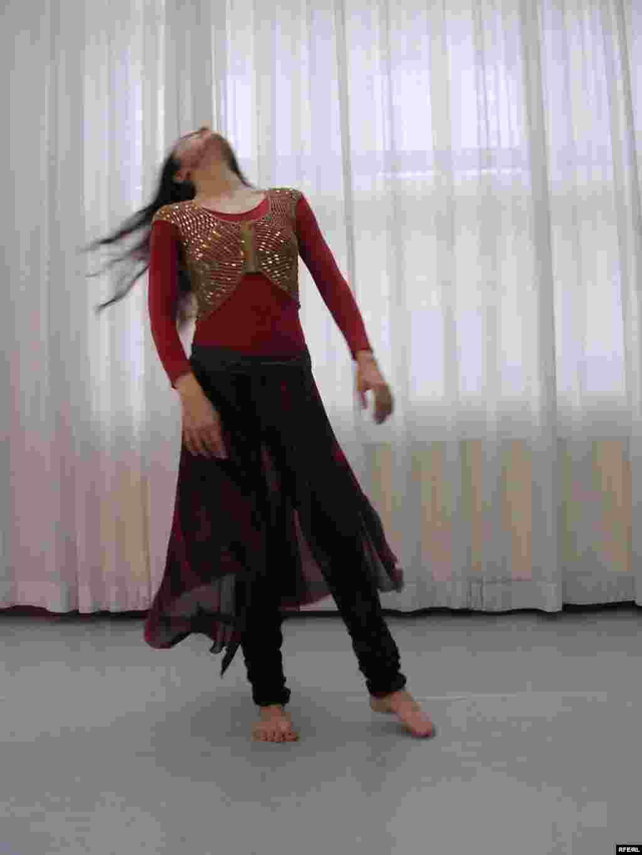 بنفشه صیاد در حال رقص