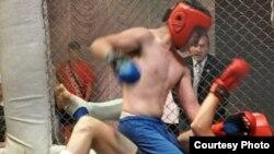 Поединок участников турнира «Бои на Железной Горе». Темиртау, 9 июля 2011 года.