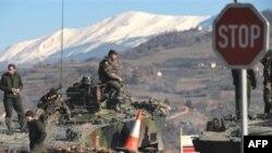 Paqeruajtësit e KFOR-it në kufirin verior të Kosovës, Jarinjë.