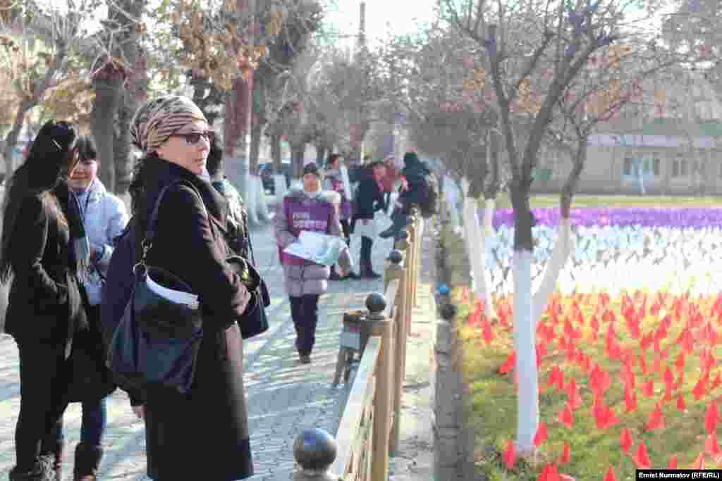9 тысяч 800 красных флагов символизируют женщин и девочек, которые пережили похищение для вступления в брак против их воли