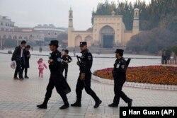 Патруль спецподразделения китайской полиции безопасности на площади перед мечетью Ид Ках в Кашгаре.