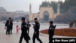 Китайская полиция охраняет мечеть в Синьцзян-Уйгурском автономном районе.