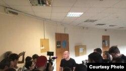Игорь Рудников после освобождения в здании суда в Петербурге