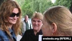 Пасьля суду — Аксана Пачобут, маці журналіста Ванда, дачка Яна.