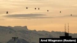 Вертолеты с делегацией Дональда Трампа, следующие из Цюриха в Давос.